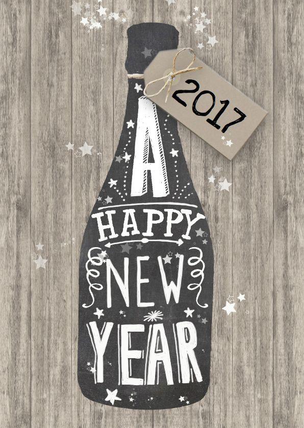 Happy New Year met schoolbord in de vorm van een champagnefles, handlettering teksten en leuk labeltje met het jaartal. Deze nieuwjaarskaart is verkrijgbaar bij #kaartje2go voor €1,89