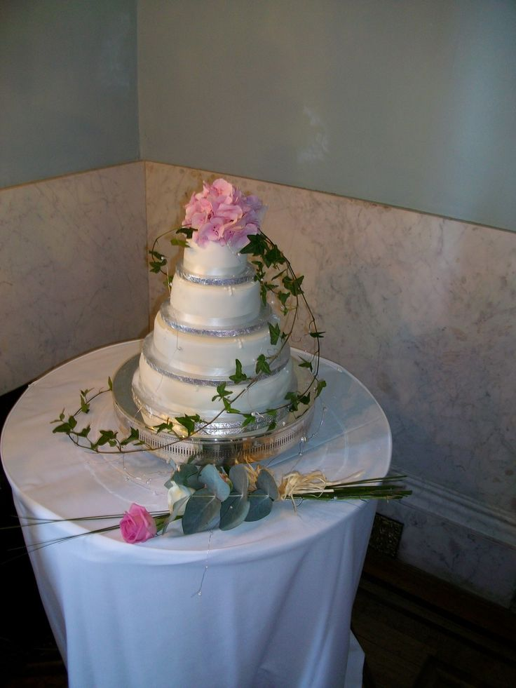 Decorate a plain cake with real flowers #cake #flowers #weddings