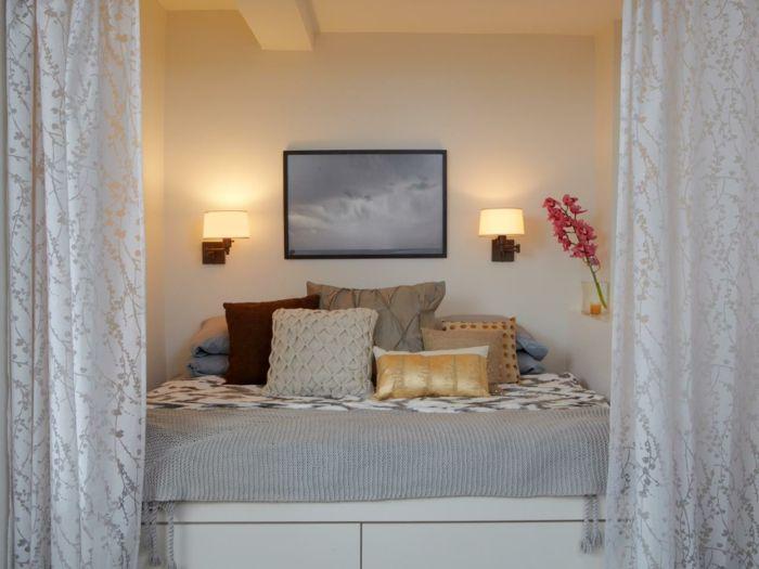 séparation de pièce amovible chambre a coucher murs beiges coussins decoratifs lit deux personnes