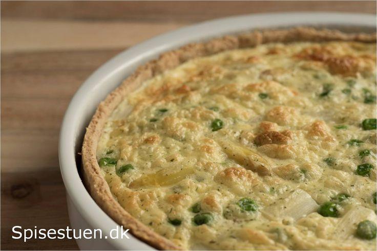 Skøn tærte til frokostbordet eller som forret med fyld af ørred, hvide asparges og ærter :-) Bunden er lavet af en grov gærdej, for jeg er ikke så vild med mørdejsbund til tærter ;-) Jeg har brugt …