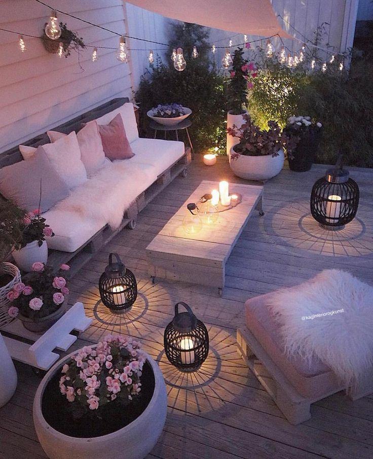 Una pequeña terraza , unos muebles con encanto luces y muchas muchas flores !…