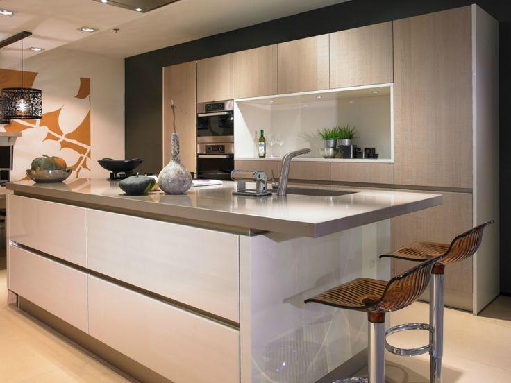 Keuken impressie qua kleuren. Achterwand alleen helemaal dicht, en bargedeelte aan voorkant kookeiland. WEl een afzuigkoof