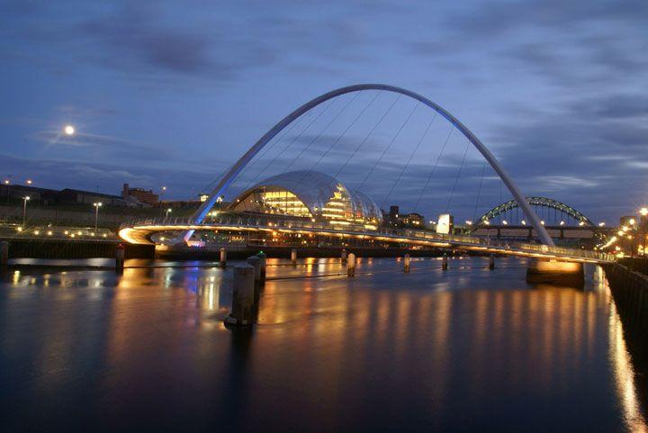 Le Gateshead Millennium Bridge. Gateshead et Newcastle upon Tyne, Royaume-Uni Connu comme étant le 1er et seul pont basculant : les deux arches pivotent pour permettre aux navires de passer aisément en dessous.