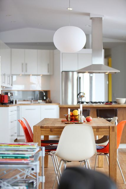 Sunny and colorful kitchen |Eames Plastic Side Chair DSX | Vitra | Available in Manuel Lucas Muebles, Elche
