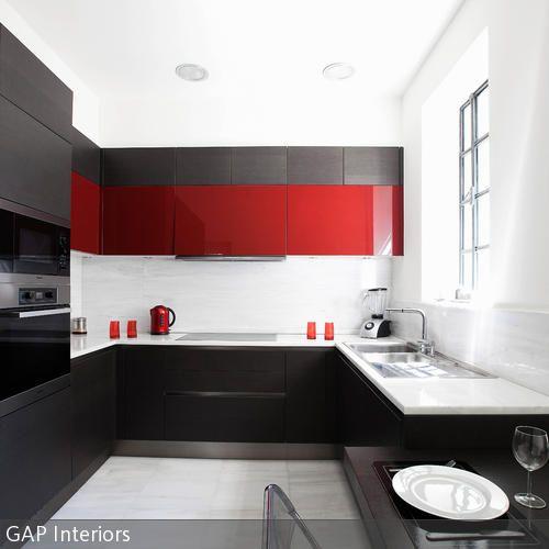 Awesome Ein echter Hingucker ist diese moderne K che in Schwarz Wei und Rot Der H ngeschrank