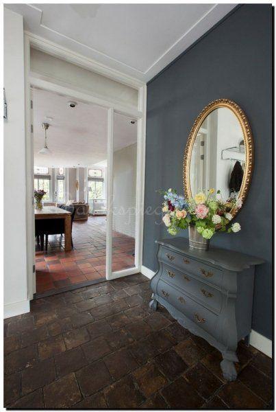 ovale-spiegel-gouden-lijst-in-hal-op-antraciet-muu