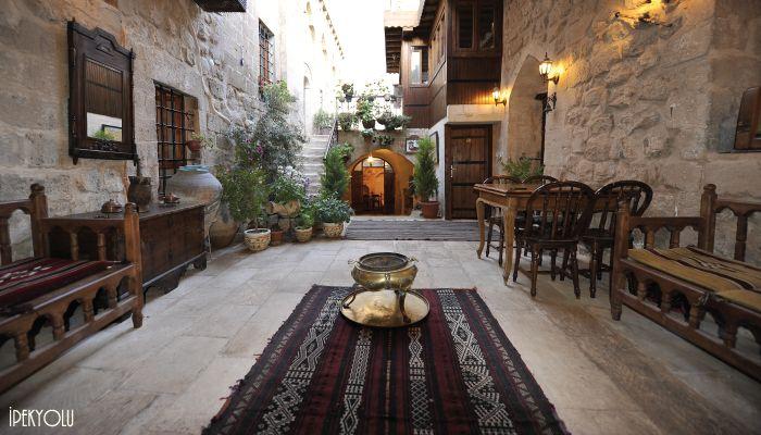 İPEKYOLU MİSAFİR EVİ  Taş yapıları ve mistik havasıyla gizemli bir dünyanın kapılarını aralayan Mardin'de, 300 yıllık tarihi bir konak; İpekyolu Misafir Evi. Otantik odaları, şirin avlusu, müthiş manzaralı terası ve iştah kabartan Mardin lezzetleri ile şehrin dokusu adeta içinize işliyor.  http://bit.ly/1AS2Dsz