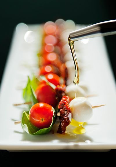 Brochette apéro : Tomates olive, Tomates séchées, Mozzarella, Basilic et Huile d'olive.