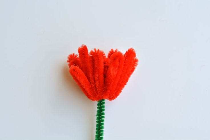 These pipe cleaner daffodils and tulips have to be the PRETTIEST pipe cleaner craft I've ever seen! And they're SO EASY to make!