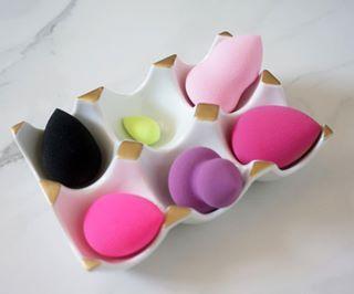 Mantén las esponjas para maquillaje en un cartón de huevos. | 14 Cosas útiles que te ayudarán a organizar tus productos de belleza