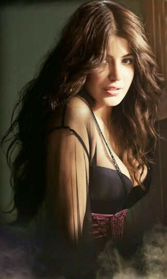 Hot pose - Anushka Sharma -