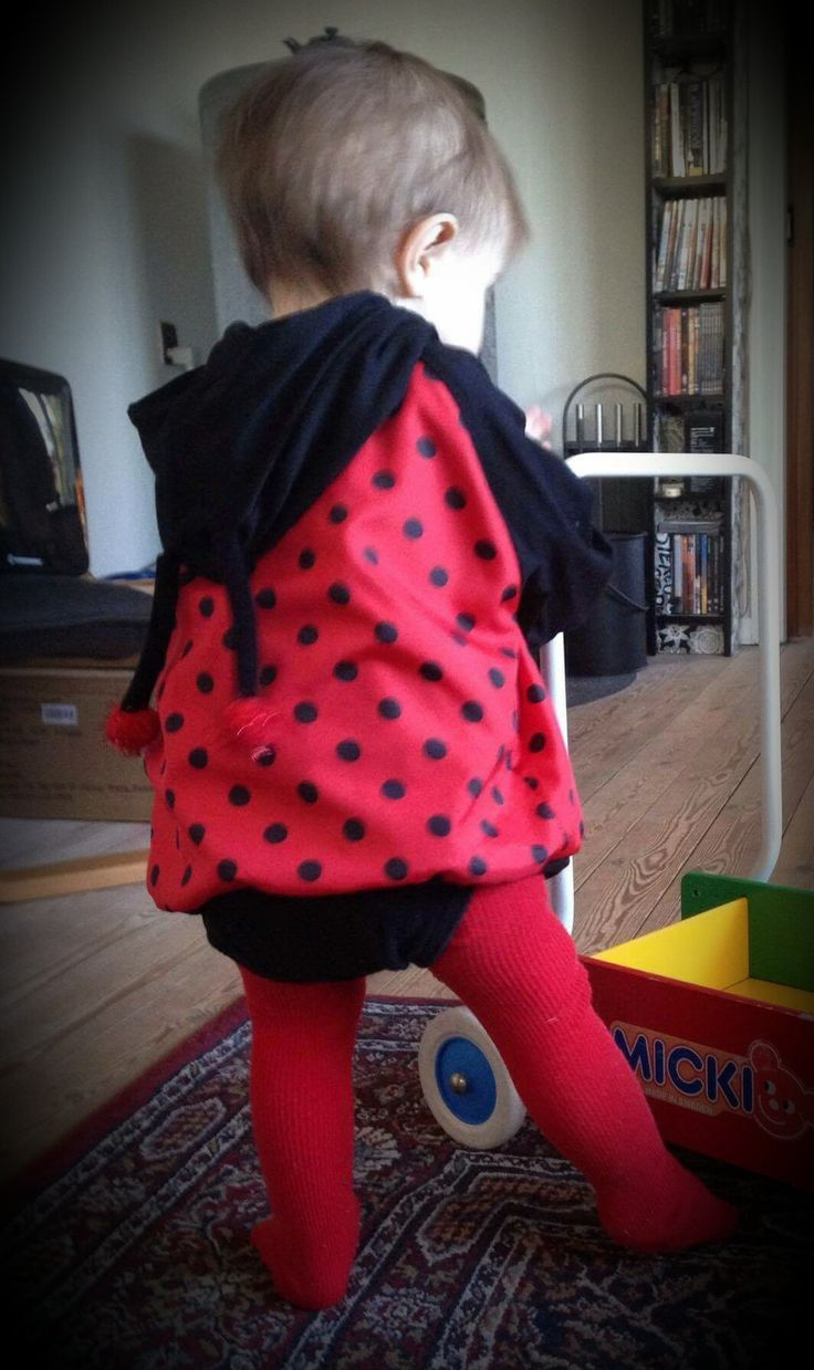 Mariehøne hoodie str. 11 mdr. Kan anvendes som forårsjakke. sort body. rødestrømpebukser