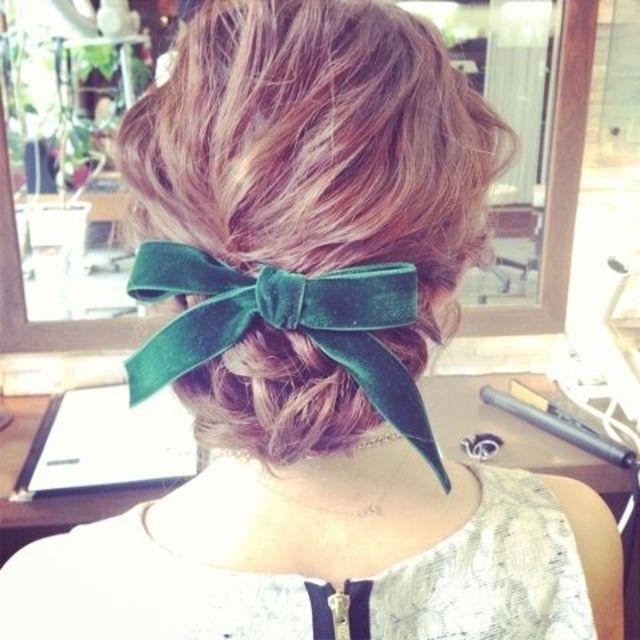 無造作にまとめたねじりヘアとリボンでクラッシックな雰囲気に。