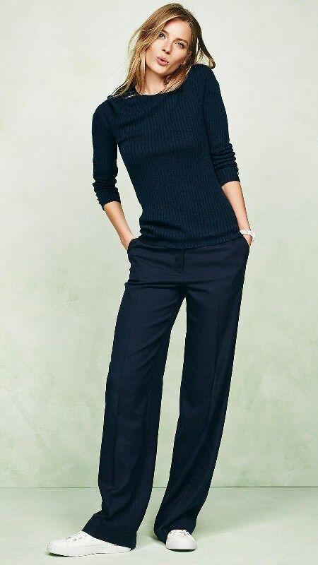 Minimal chic: nero totale più scarpe allacciate bianche. Glamour