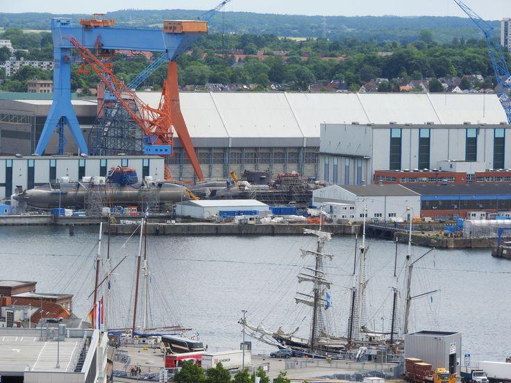 Tradition trifft Moderne: Alte Segeler und modernste U-Boote direkt nebeneinander im Kieler Hafen.