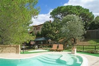 ITS.014 Suvereto #Toscane  Comfortabele vakantiewoning met privé-zwembad vlakbij Suvereto! De ruime, terrasvormige tuin biedt voor ieder wat wils: schaduwrijke hoekjes om rustig te lezen, speeltoestellen voor de kinderen, picknicktafel en niet te vergeten het niervormige zwembad (10 x 5 m, diep 1.40 - 2.20 m) compleet met ligstoelen en opblaasbeesten.