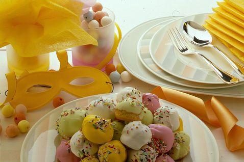 http://ricette.donnamoderna.com/var/ezflow_site/storage/images/media/images/ricette-importate/dolce-dessert/biscotti-dolcetti-pasticcini/palline-di-carnevale/piatto-pronto-decorazione-piatti-maschera/56397531-1-ita-IT/piatto-pronto-decorazione-piatti-maschera_dettaglio_ricette_slider_grande3.jpg