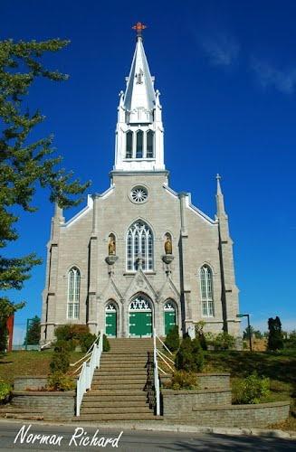 Toute ville a son iconique église. Vous pouvez admirer la l'Église Sainte-Julienne à quelques minutes du Projet place Delorme. >>https://www.maisonsusineescote.com/fr/projets-domiciliaires/projet-place-delorme