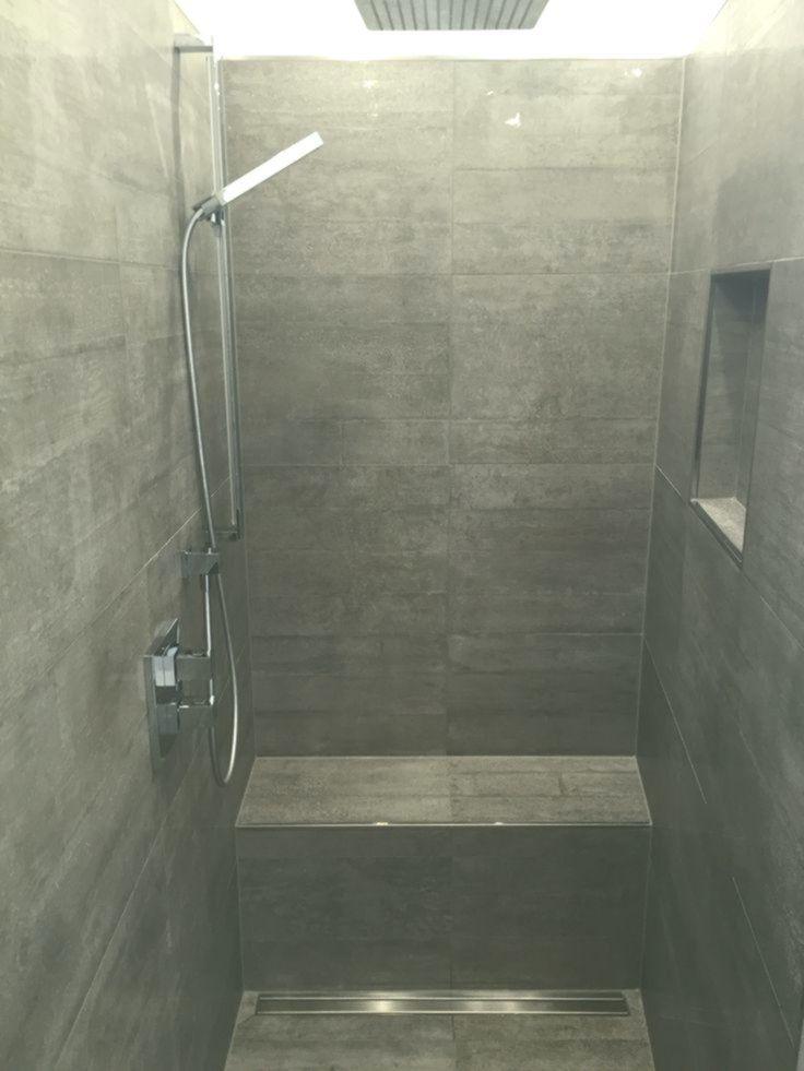 Begehbare Dusche Graue Fluten In Betonoptik Geflieste Sitzbank Dusche Begehbare Dusche Dusche Dusche Fliesen