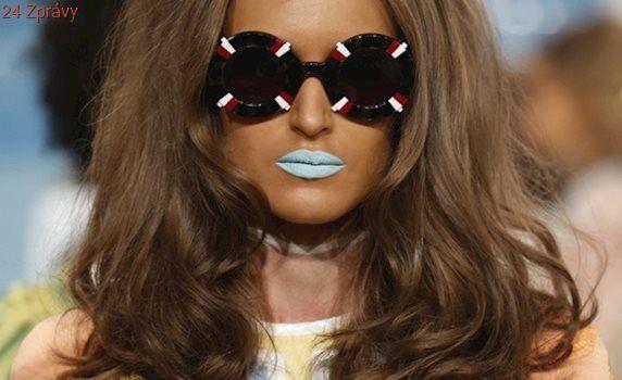 OBRAZEM: Vlasové trendy z přehlídkových mol: copy, mikádo i kudrlinky