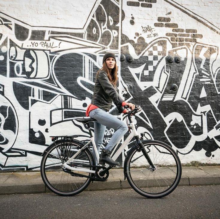"""Gefällt 24 Mal, 2 Kommentare - Batavus Germany (@batavus_germany) auf Instagram: """"Hier eines der tollen neuen Bilder von unserem Shooting aus HH... Nice Bike - nice Girl! Black and…"""""""