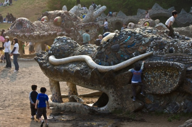 There be dragons in the sands at Showa Kinen Park, a huge 400 acre green space in northwest Tokyo.