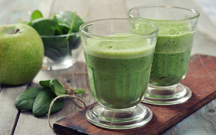 Körpe ıspanak yaprakları, taze zencefil, yeşil çay, bal, yoğurt ve ekşi yeşil elmayla hazırlanan yeşil smoothie tarifi, spor sonrası ödem atmaya yardımcı