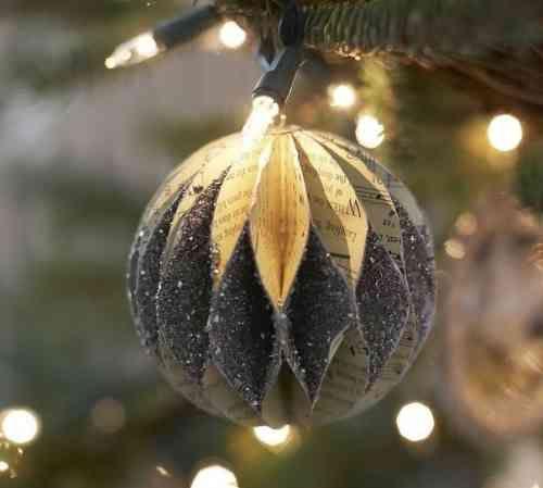 une boule de Noël en papier décorée de poudre de paillettes
