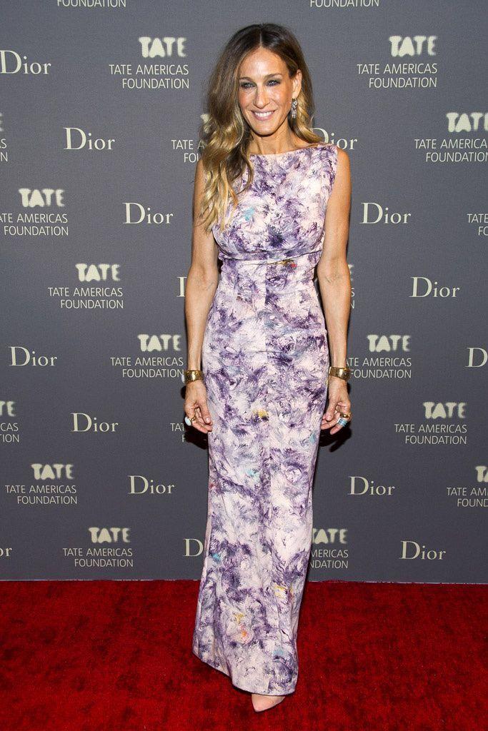 Top looks: las celebrities mejor vestidas. Sarah Jessica Parker en los Skylight Studios de Nueva York, con un vestido vintage de estampado floral, zapatos de Roger Vivier, brazaletes  dorados de Fendi y pendientes de Repossi. #rogervivierwedding #rogerviviervintage