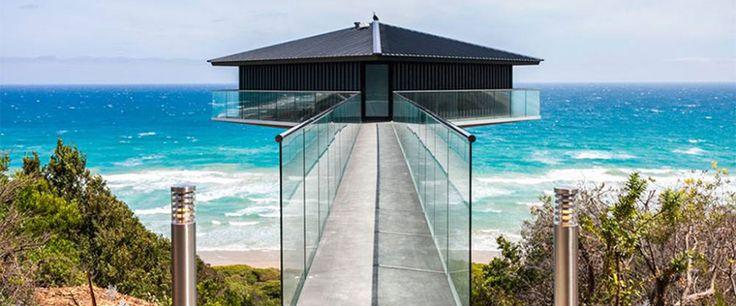 Se trata de una casa que parece flotar sobre el agua gracias al uso de trucos de perspectiva utilizados por los arquitectos australianos de F2 Architecture. La casa está situada sobre la costa sur de Australia.