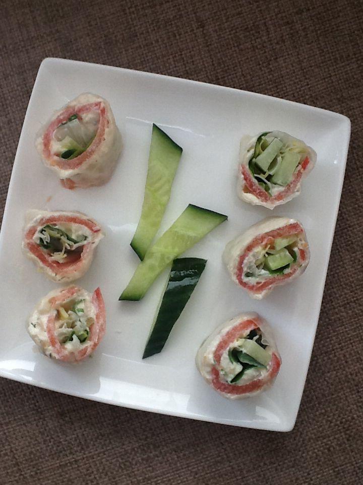 Even een kleine dip. Geen probleem. Hartige snelle sushi.**28 cal per sushi partje** Maak van 40 g gegaarde afgekoelde witte vis een visslaatje door er 1 el mayo,1/2 augurk zuurzoet en wat viskruiden aan toe te voegen Neem een rijstvel en hoe even onder water, leg op een proper vaatdoek,smeer onmiddellijk in met wat van je visslaatje en leg er dunne sneetjes tomaat op. Daarop weer wat vispasta alsook basilicumblaadjes en komkommerbalkjes. Ook voegde ik er nog wat rauwe julienne van prei…