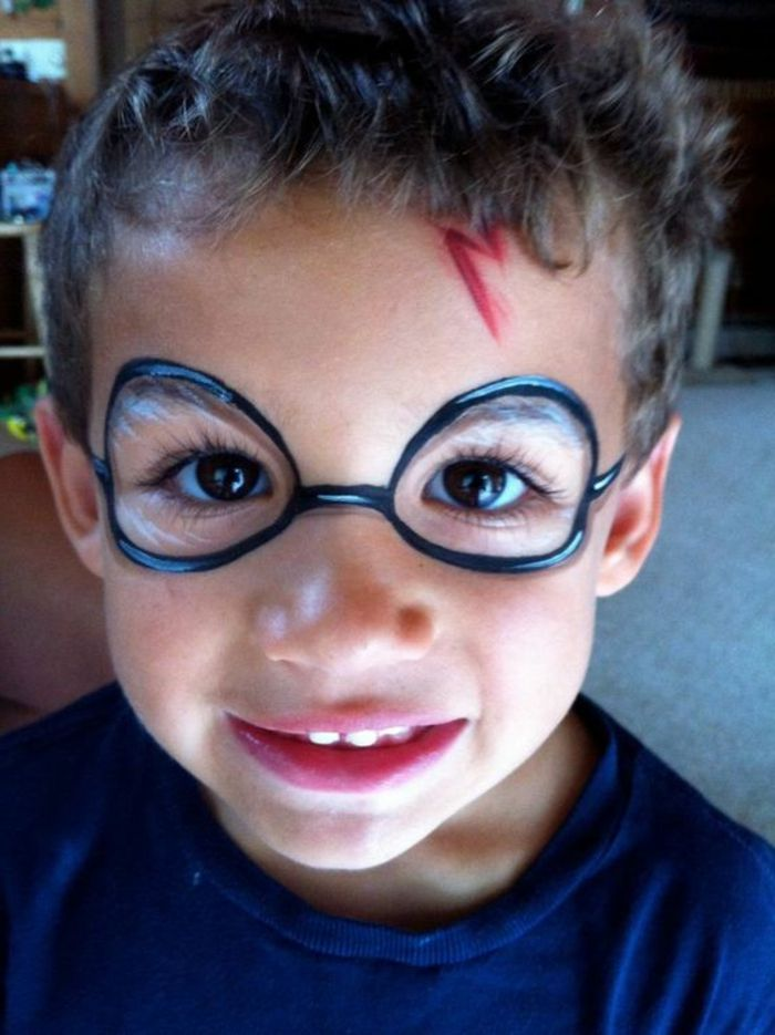 Der Kleine Junge Mit Harry Potter Narbe Und Bemalte Brillen Halloween Make Up Einfach Kinder Schminken Kinderschminken Kinderschminken Jungs