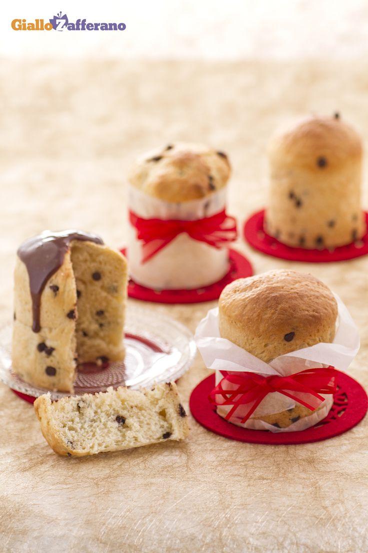 I panettoncini con gocce di #cioccolato (chocolate chip mini panettone) possono diventare un regalo: basterà porli in sacchetti trasparenti per alimenti sigillati bene con un grazioso fiocchetto, rigorosamente rosso, e voi farete un figurone! #ricetta #GialloZafferano #Natale #Christmas http://speciali.giallozafferano.it/regali-da-mangiare