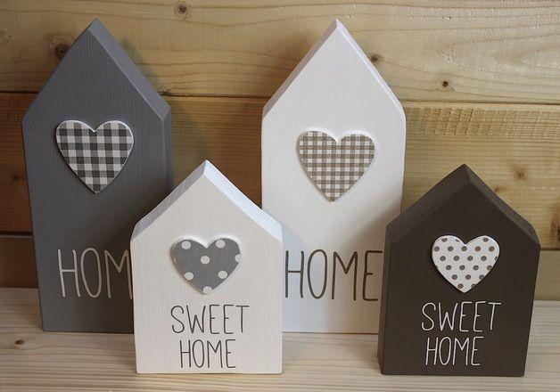Diese tollen Holzhäuser im 2er Set sind in grau/weiß oder in taupe/weiß erhältlich.  Die kleinen Herzen sind aufgeklebt, ebenfalls aus Holz und wurden mit Servietten verziert. Mit der Aufschrift...