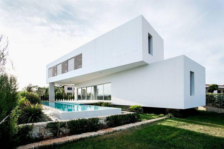Erinnert ihr euch noch an das gute alte Mikado-Spiel? Man lässt 41 Holzstäbchen auf den Tisch fallen und beginnt, so viele wie möglich wegzunehmen, ohne ein anderes zu berühren. Das Beeindruckende an dem Spiel ist mitunter die Konstellation der Stäbchen, die frei, aber doch miteinander verbunden sind - davon inspiriert wurden anscheinend auch die spanischen Architekten von Ascoz Arquitectura. Inwieweit das von ihnen entworfene Einfamilienhaus an das beliebte Spiel erinnert, seht ihr in den…