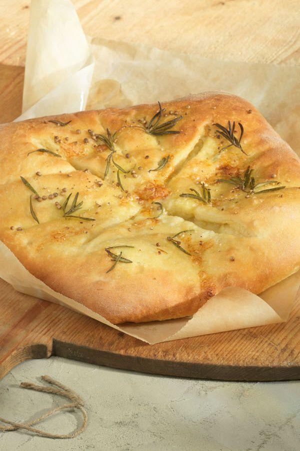 Rezept: Fougasse - Provençalisches Brot. Dieses aromatische Brot wird mit Käse und Rosmarin gebacken und duftet bereits im Ofen nach Frankreichurlaub in der Provence. #cestbon