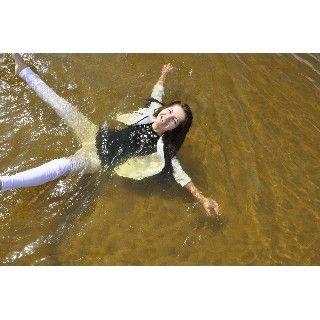 Rosa vêtue d'un jeans blanc moulant, veste blanche et t-shirt noir décide de passer du bon temps dans le lac.