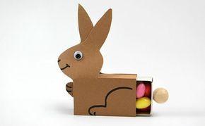het is een lucifer doosje dat omgetoverd is naar een liggend konijntje