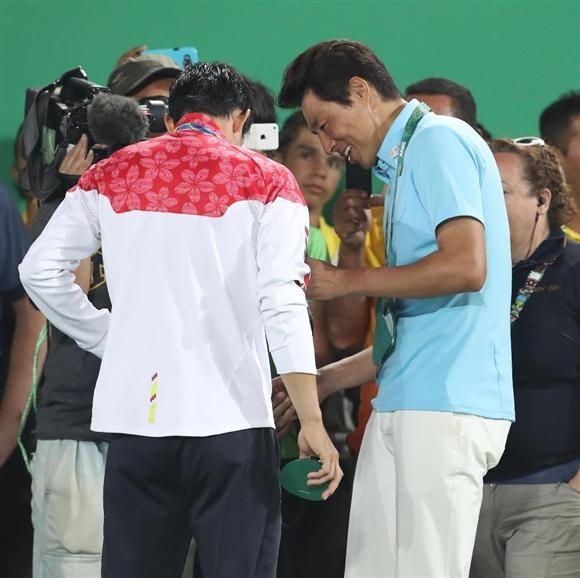 メダルセレモニーを終えた錦織圭(左)にインタビューをする松岡修造氏(右)=五輪テニスセンター(撮影・大橋純人)