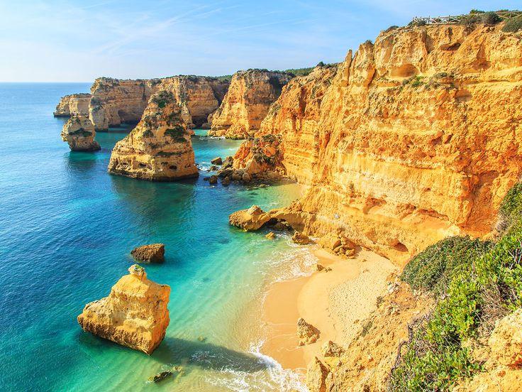 Wegdroommomentje:  Wauw! Portugal is het land van de prachtige kusten. Laten we even lekker wegdromen naar de azuur blauwe zee en de woeste rotswanden van Praia da Rocha.