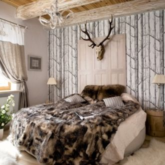 W sypialni leży futrzana narzuta ze ścinków szlachetnych futer sprowadzanych z Włoch. Narzutę wykonał rzemieślnik z Zakopanego.
