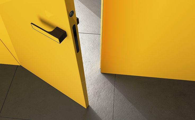 interierove dvere HANAK na mieru, zlty lak podla RAL vzorkovnika, v rovnakej farbe aj klucka dveri a obklad steny, detail na klucku