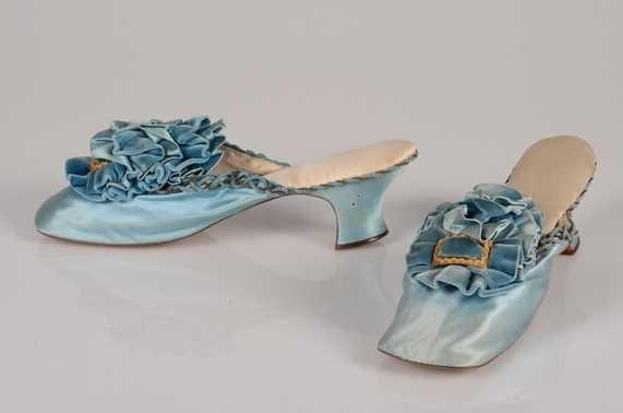 Paar damesslippers, ca. 1875. Atelier van Louette Finner. Zijde, satijn; fluweel; metaaldraad; metaal. Collectie Centraal Museum Utrecht.