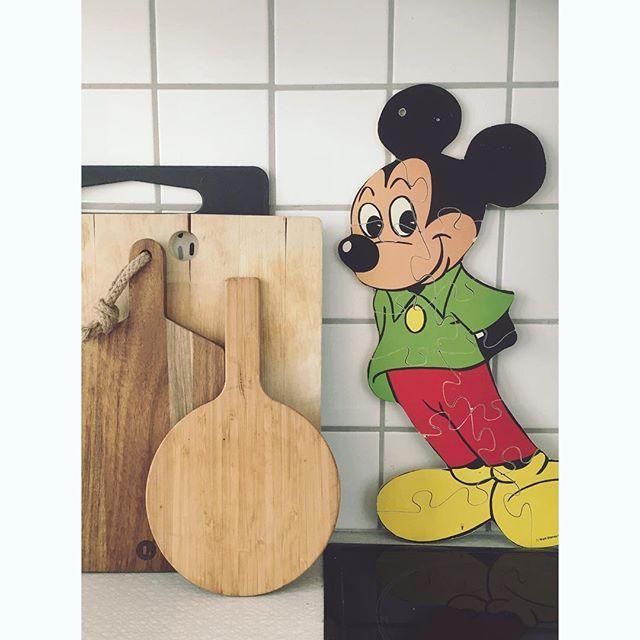 Mikke Mouse in tha house. — Fikk meg en ny venn på kjøkkenet for 20 kr på @fretexullevaalsv #boligpluss_vår #boligplussideer #boligplussminstil #boligplusskjøkken #interiør #rom123kjøkken #gjenbruk #bruktfunn #loppis #fretex #rom123minstil #mikkemus #mickeymouse #disney #bonytt #retro #vintage #vintagedisney #lagerhaushomie #boligpluss_kjøkkenstemning