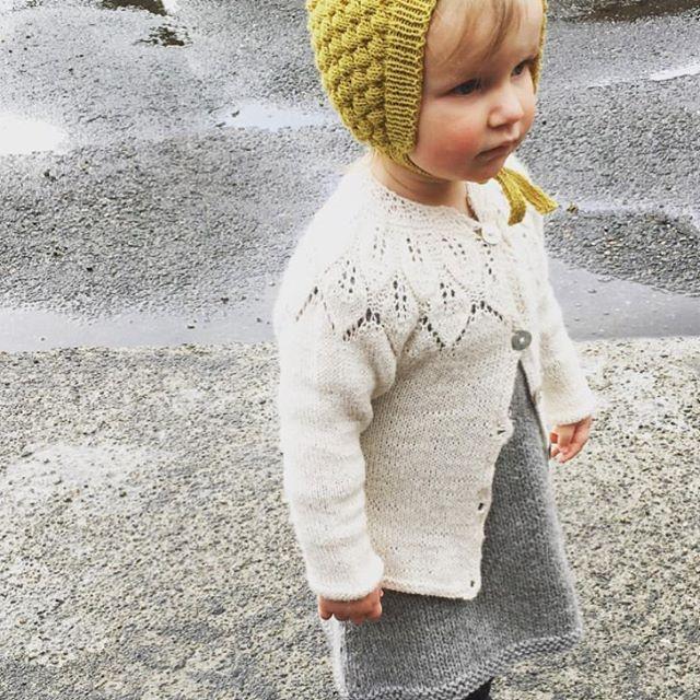 Seems to be a yellow-curry-golden springout there #readersministrikk || Lita prinsesse møter våren i kulekyse (tynn merino) hos mamma @strikkingvild. Jakke fra Lene Holme Samsøe. Gult til grått er alltid en uslåelig kombo. #såfin Bonnet pattern: Ministrikk.no
