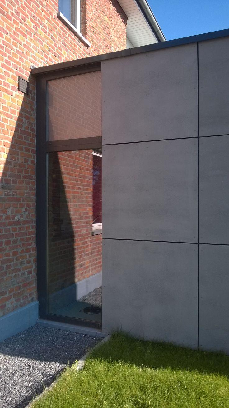 Panneaux de fibre ciment ton gris moyen plinthe en pierre for Fenetre pvc gris anthracite