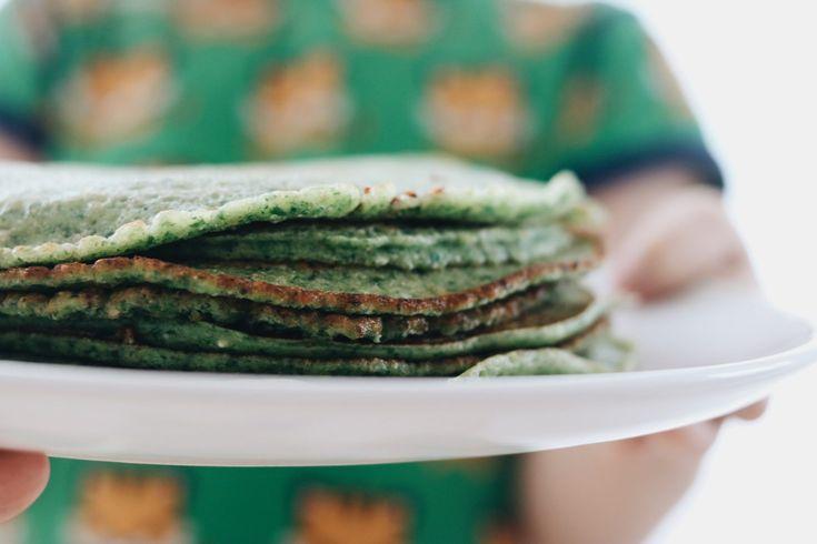 Dinkelpfannkuchen mit Spinat. So essen Kinder gerne Gemüse. Spinatküchlein aus Ur-Dinkel, Ei, Milch und Mehl einfach und schnell Familienessen kochen.