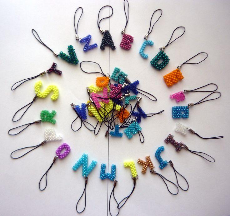 Podepsáno Přívěsek na mobil, zip, klíče a podobně ve tvaru písmenka. Velikost v rozmezí 1,5 - 3 cm, podle velikosti korálků. V případě zájmu napište do objednávky písmenko a požadovanou barvu. Cena za jeden kus. Při objednání více kusů platí samozřejmě jedno poštovné.