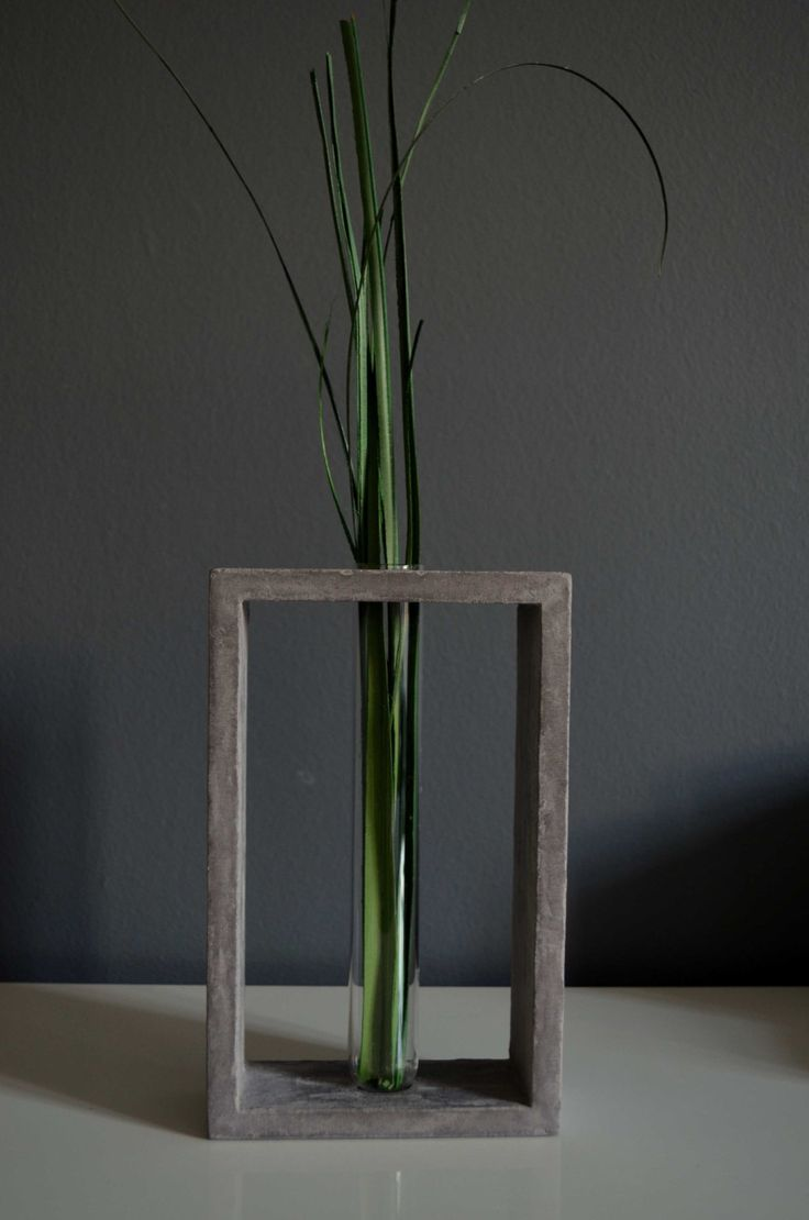 Vase transparent dans un cadre en béton par Cementology sur Etsy Transparent glass tube vase in grey concrete stand by cementology