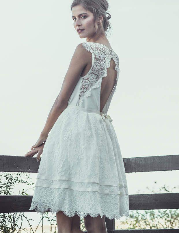 Robe de mariée courteRobe courte en dentelle de Calais et crêpe de soie, à petites manches. Le dos est dégagé et la jupe gonflante, fermée par un noeud.Prix sur demandeModèle Dickens, Laure de Sagazan